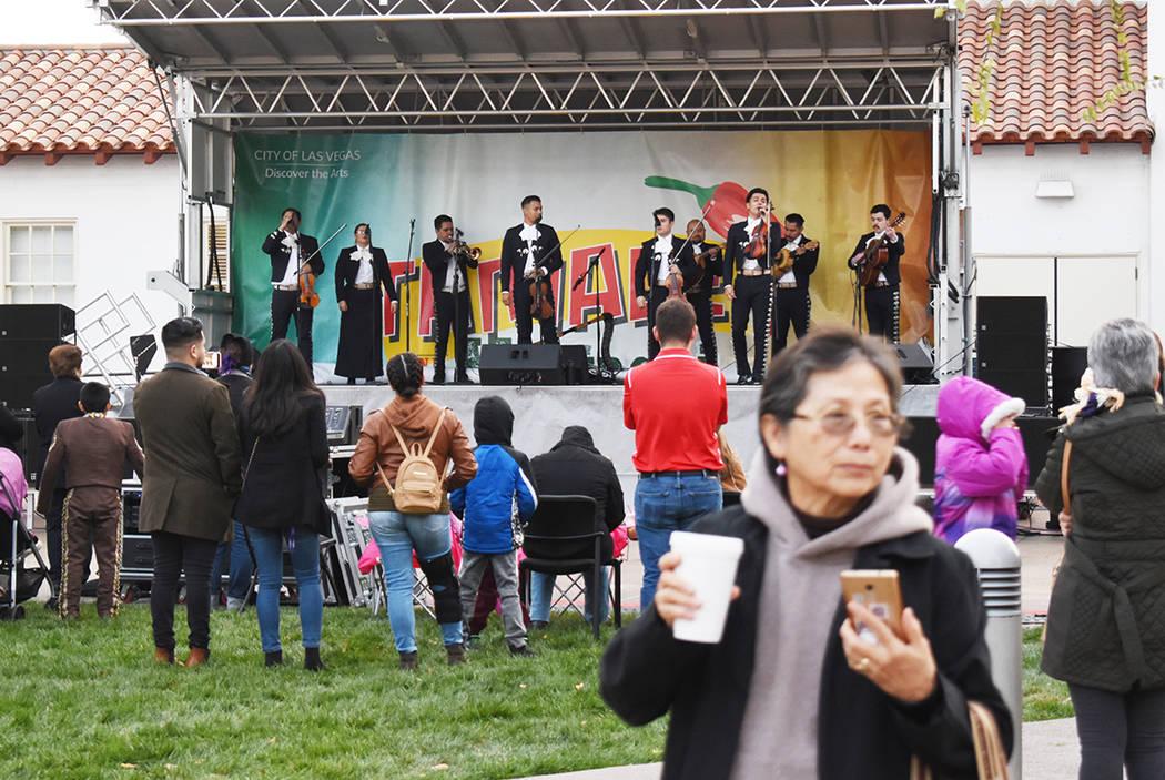 Distintos grupos de mariachis, la mayoría de escuelas del valle, amenizaron el primer festival ...
