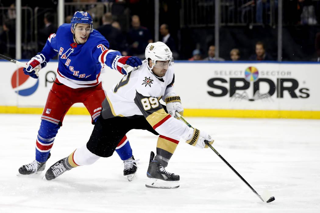 El defensa de los New York Rangers, Brady Skjei (76), no pudo impedir que el ala derecha de los ...