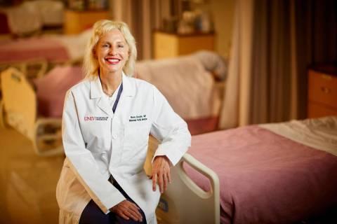 La doctora Nora Doyle, decana asistente de educación en ultrasonido y profesora de medicina ma ...