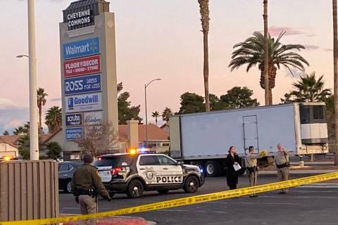 Oficiales de policía de Las Vegas responden a la escena de un tiroteo cerca de la entrada del ...