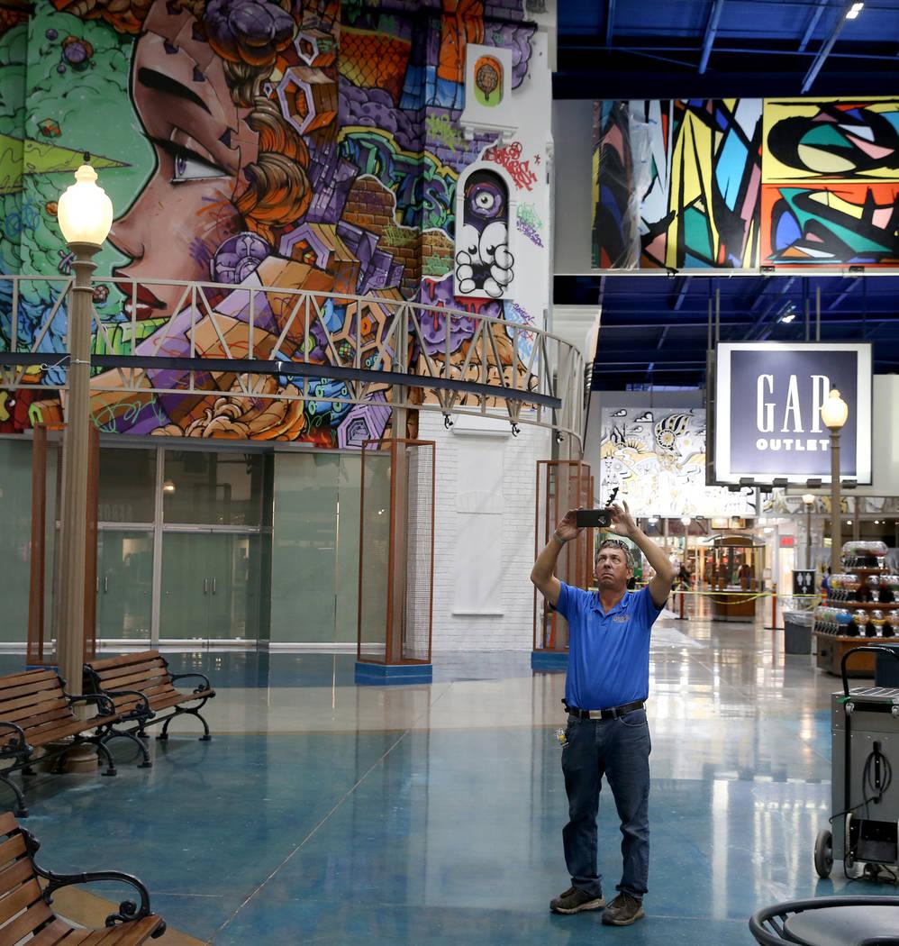 Vic Gibson de Dream Themes toma una foto en preparación para la construcción de una fachada p ...