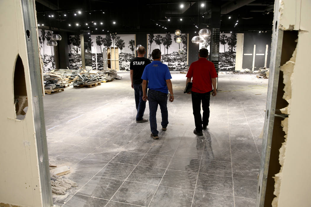 Rick Gibson (izquierda) y Vic Gibson (centro), de Dream Themes, hablan con Darrell Rehagen, dir ...