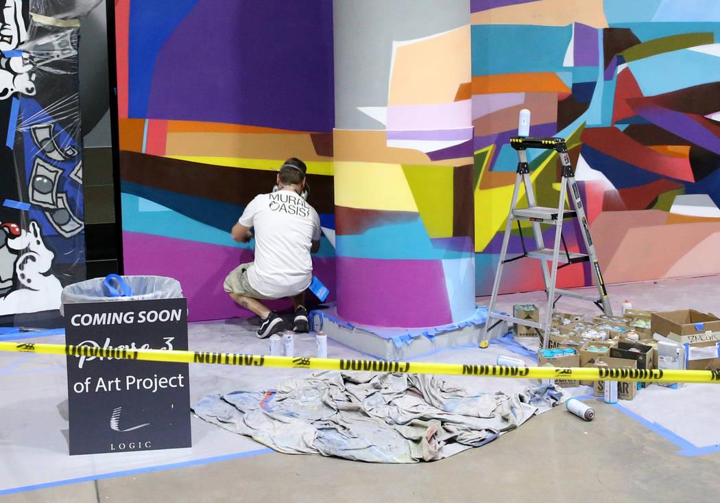 Murales en progreso en Fashion Outlets of Las Vegas en Primm ya que el centro comercial será r ...