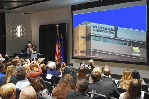 La ceremonia de nombramiento del Edificio Académico Bob y Alison Kasner se realizó en el audi ...