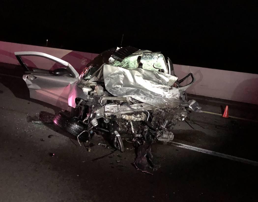 Los restos de un vehículo involucrado en un accidente que dejó dos personas muertas el jueves ...