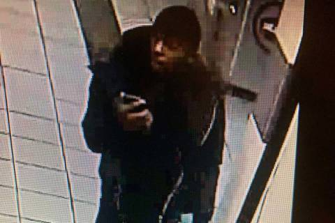 La policía está buscando la ayuda del público para identificar a un hombre que robó en la c ...