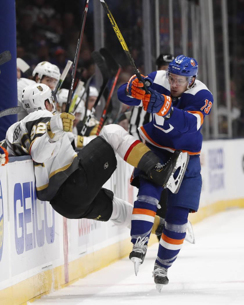 El centro de los New York Islanders, Mathew Barzal (13), choca con el ala izquierda de los Vega ...
