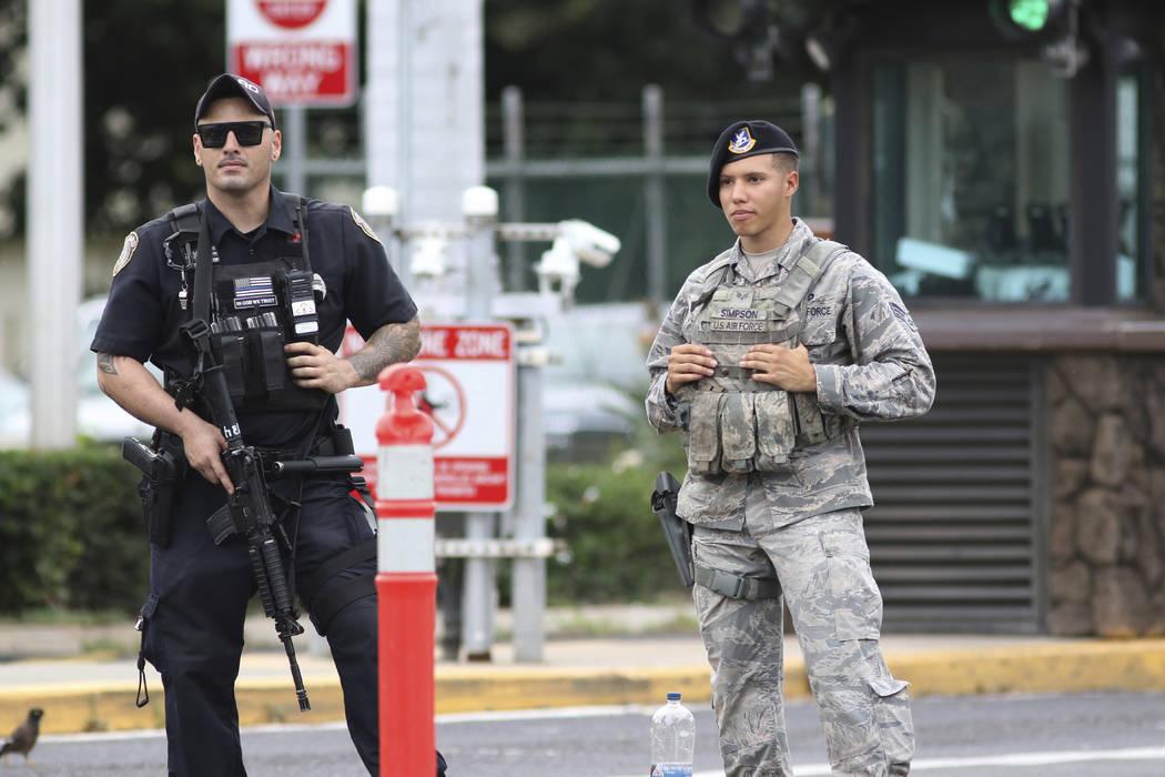 Guardias de seguridad en la puerta principal de la Base Conjunta Pearl Harbor-Hickam, en Hawaii ...
