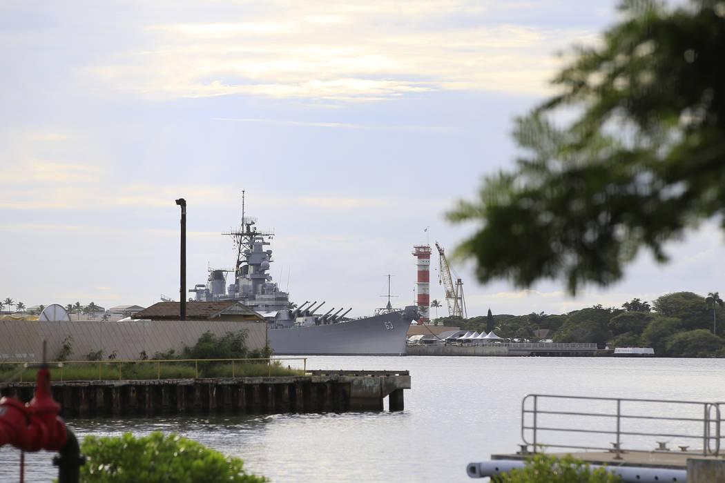 Un barco de la Armada de Estados Unidos puede ser visto desde el Pearl Harbor National Memorial ...