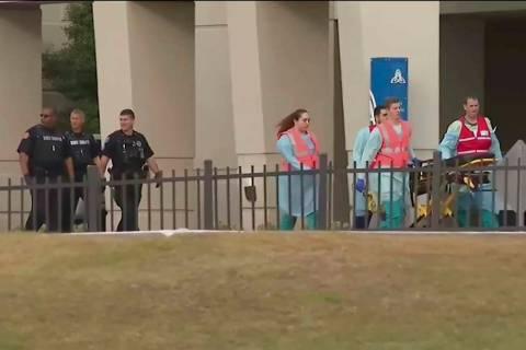 Esta foto tomada del video proporcionado por WEAR-TV muestra a los equipos de respuesta a emerg ...