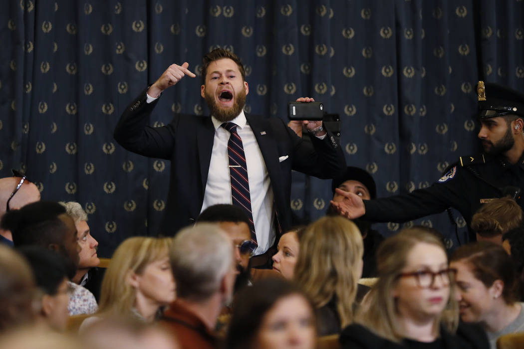 Un manifestante vocifera mientras el Comité Judicial de la Cámara de Representantes escucha l ...
