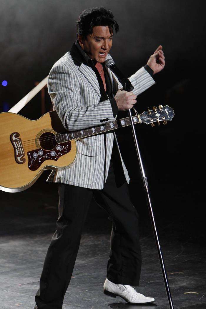 """El artista tributo a Elvis Presley, Trent Carlini, se presenta durante su espectáculo """"Trent C ..."""