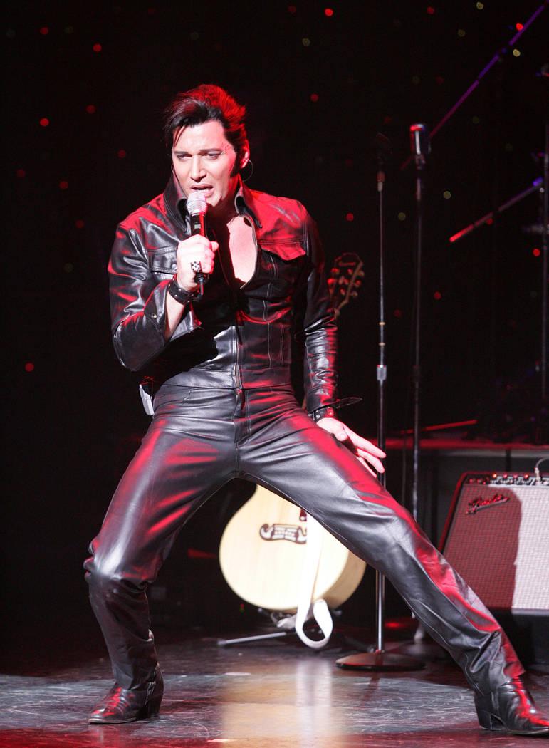 "La estrella de ""The Musical History of The King"", Trent Carlini, actúa en la noche de estreno ..."