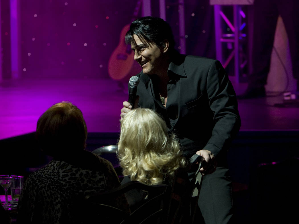 """El artista tributo a Elvis Presley, Trent Carlini, se presenta en su espectáculo """"The King"""" en ..."""