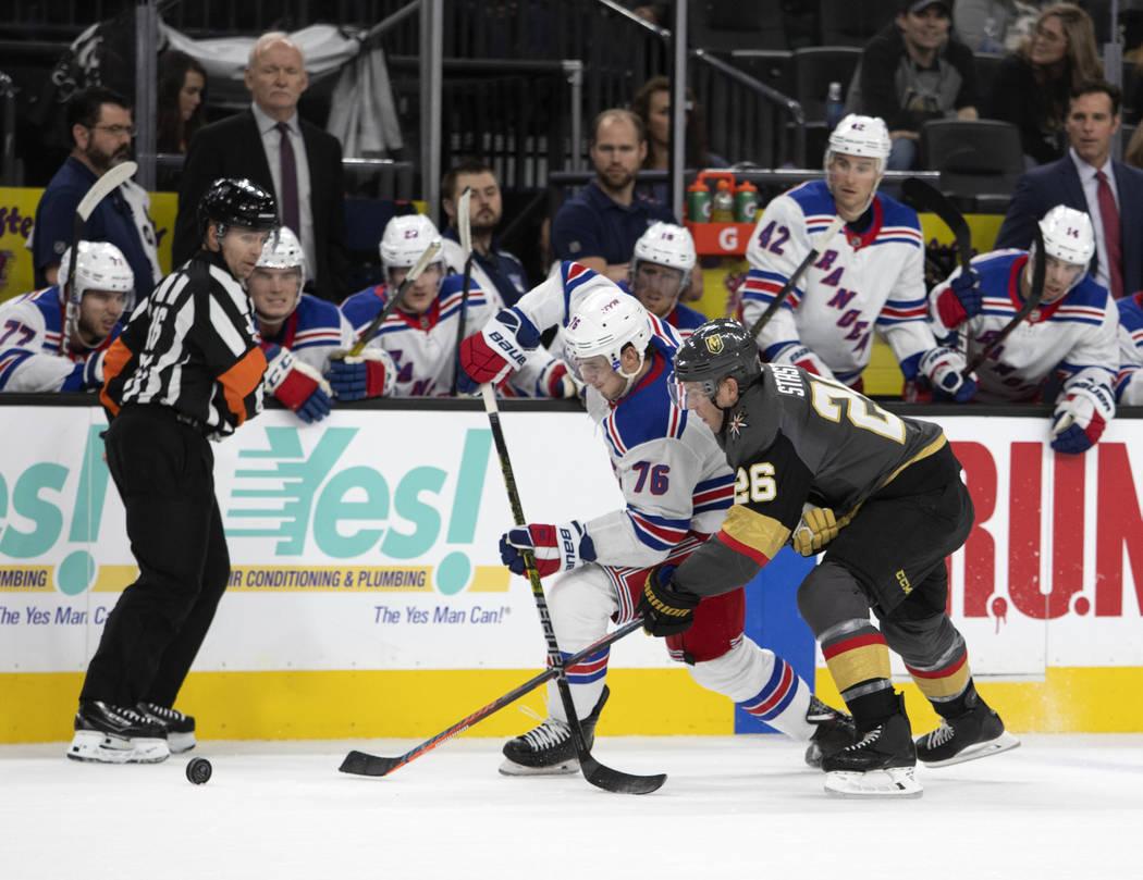 El defensa de los Rangers de Nueva York, Brady Skjei (76) y el centro de los Golden Knights de ...