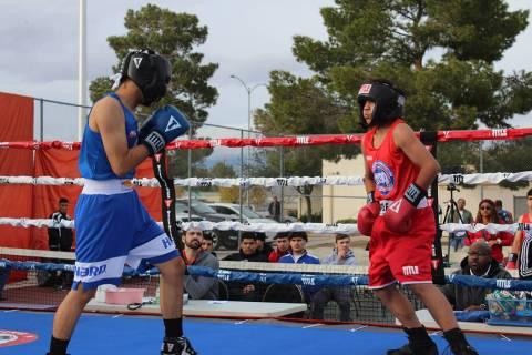 Muñoz (azul) venció a Lara en la división de 119 libras. Sábado 7 de diciembre de 2019 en C ...