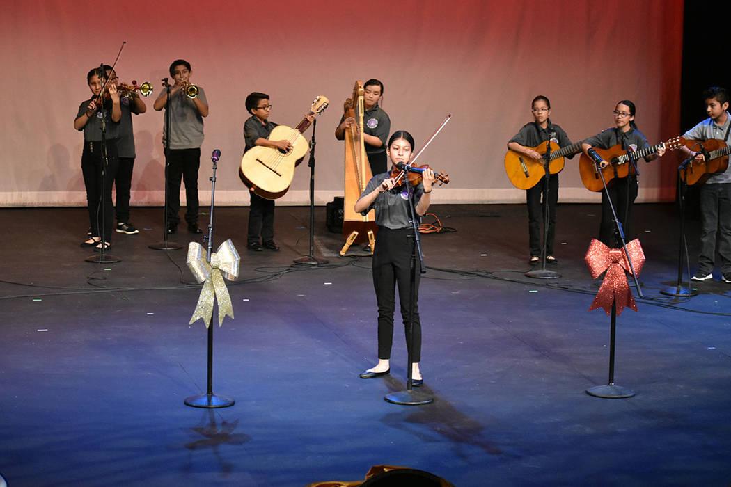 Mariachi Los Polluelos fueron los encargados de abrir el concierto. Viernes 6 de diciembre de 2 ...