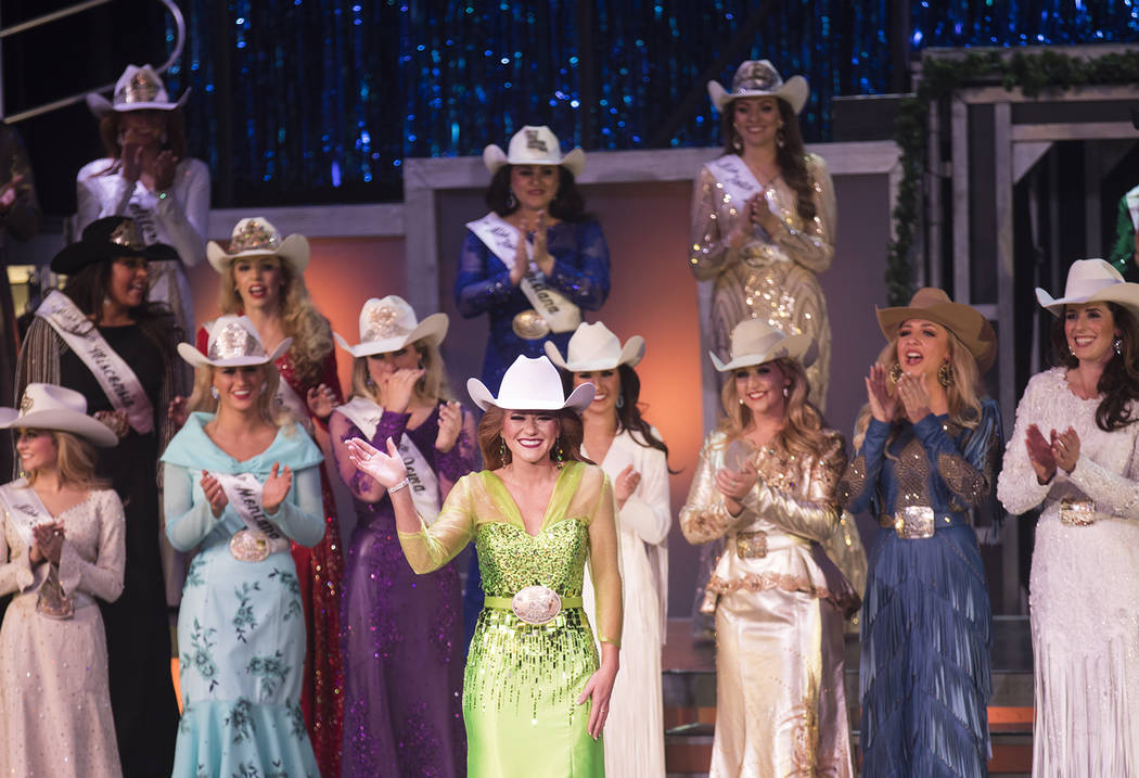 Miss Rodeo South Dakota, Jordan Tierney, saluda a la multitud después de ganar Miss Rodeo Amer ...