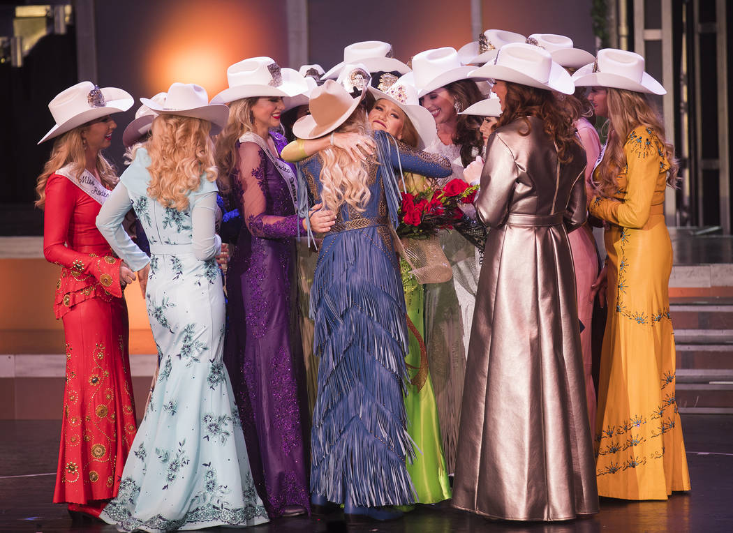 Miss Rodeo South Dakota, Jordan Tierney, rodeada de otras concursantes después de ganar Miss R ...