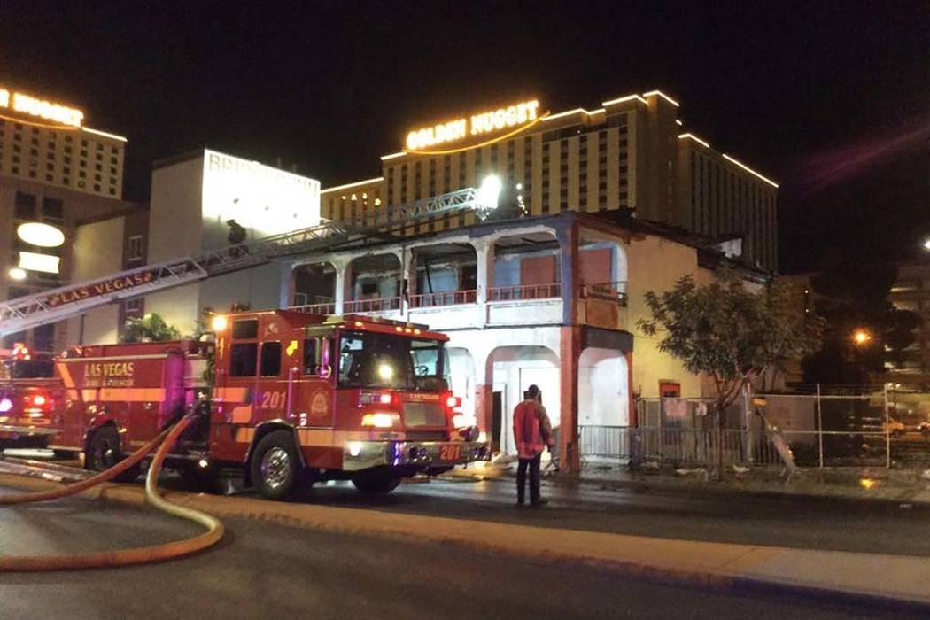 Bomberos luchan contra un incendio de dos alarmas en un edificio vacío en 307 S. Main St. a pr ...