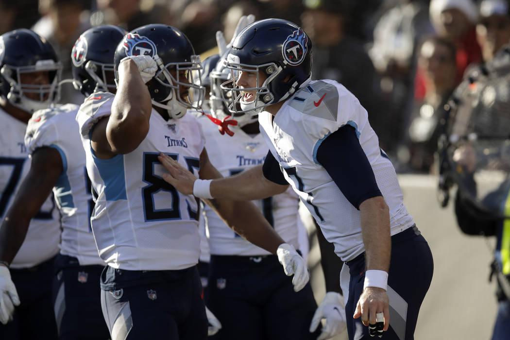 El mariscal de campo de los Titans de Tennessee, Ryan Tannehill, a la derecha, celebra con sus ...
