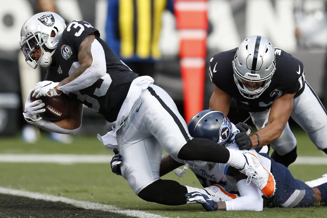 El corredor de los Oakland Raiders, DeAndre Washington (33), anota un touchdown contra el defen ...