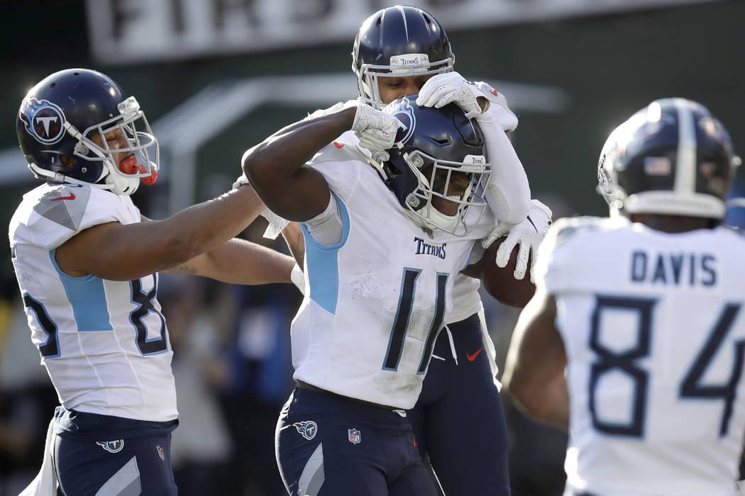 El receptor de los Titans de Tennessee, A.J. Brown (11), es felicitado por sus compañeros de e ...