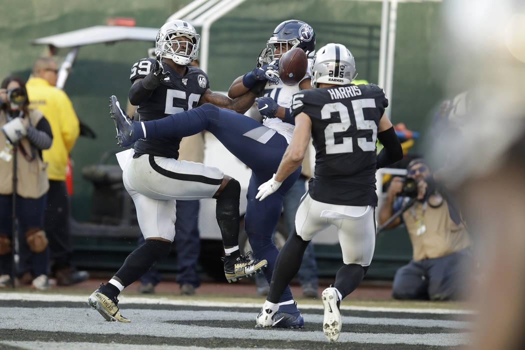 Jonnu Smith, centro, tight end de los Titans de Tennessee, recibe un pase para touchdown entre ...