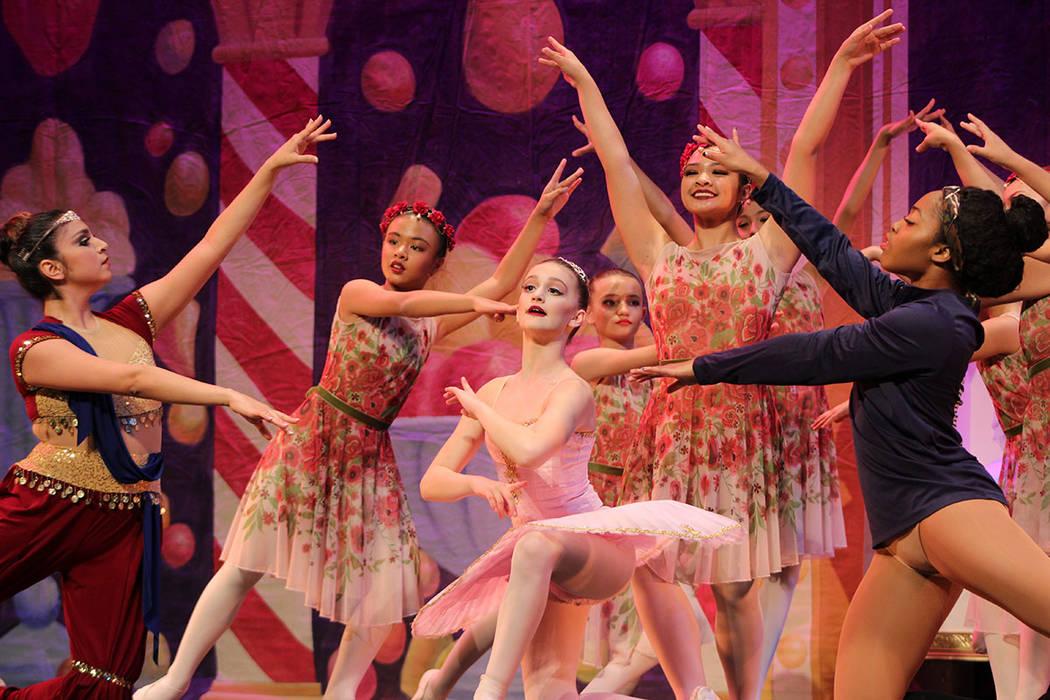 La Bailarina y sus compañeras, estudian danza con la familia Jordance. Jueves 5 de diciembre d ...