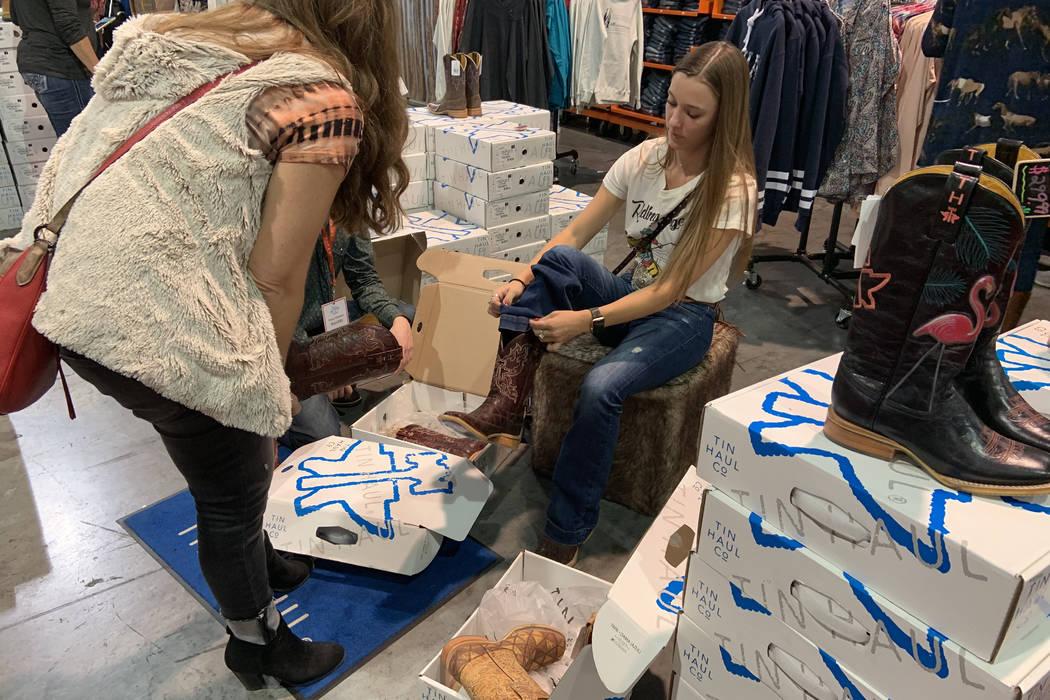 Caela Garland, derecha, de Nampa, Idaho, se prueba un par de botas de vaquero mientras su mamá ...