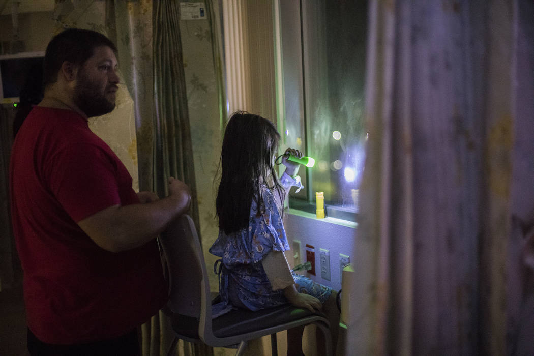 Alicia Langoria-Buffington, de cinco años de edad, frente a su papá David Langoria-Buffington ...
