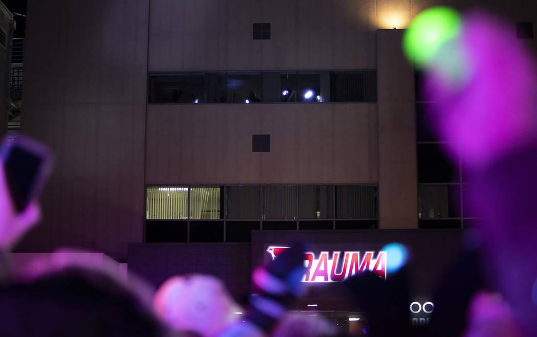 Los niños que se alojan en el UMC Children's Hospital iluminan con luces a un grupo de miembro ...