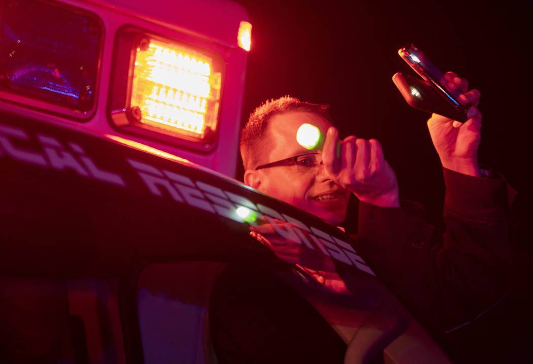 El gerente de operaciones de MedicWest, Nick Jurman, ilumina con tres linternas el tercer piso ...