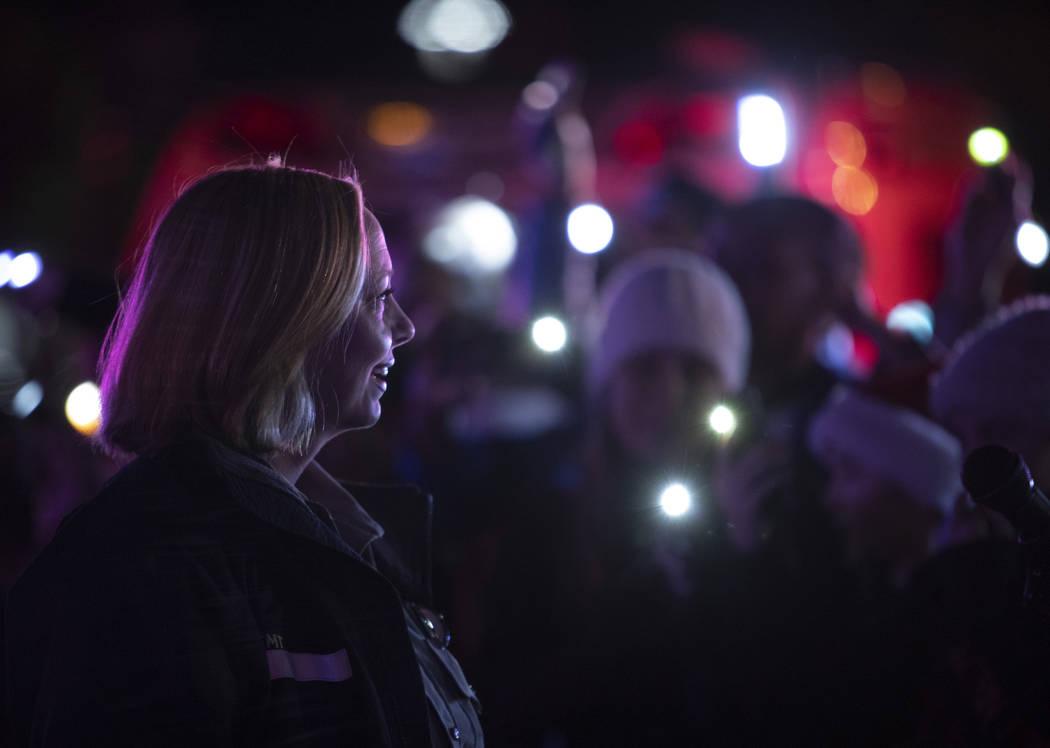La paramédica de MedicWest, Heather Raasveld, quien organizó el evento, lidera a la multitud ...