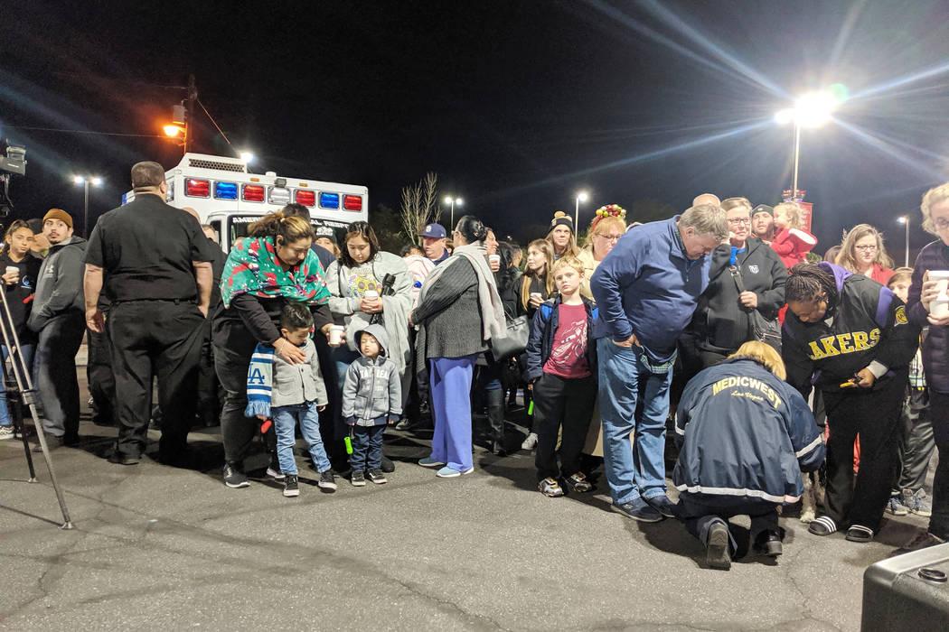 La gente se reúne el lunes, 9 de diciembre de 2019 en las afueras del Children's Hospital en e ...