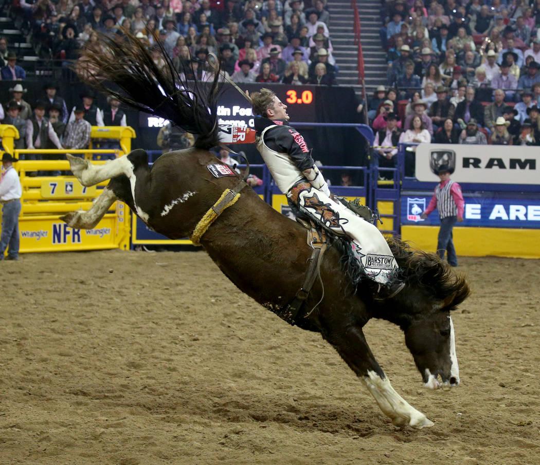 Austin Foss de Terrebonne, Oregón, monta a Blessed Assurance durante la quinta ronda de la NFR ...