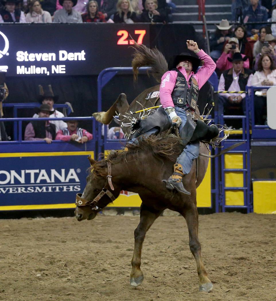 Steven Dent de Mullen, Nebraska, monta a Redzilla durante la quinta ronda de la NFR Wrangler en ...