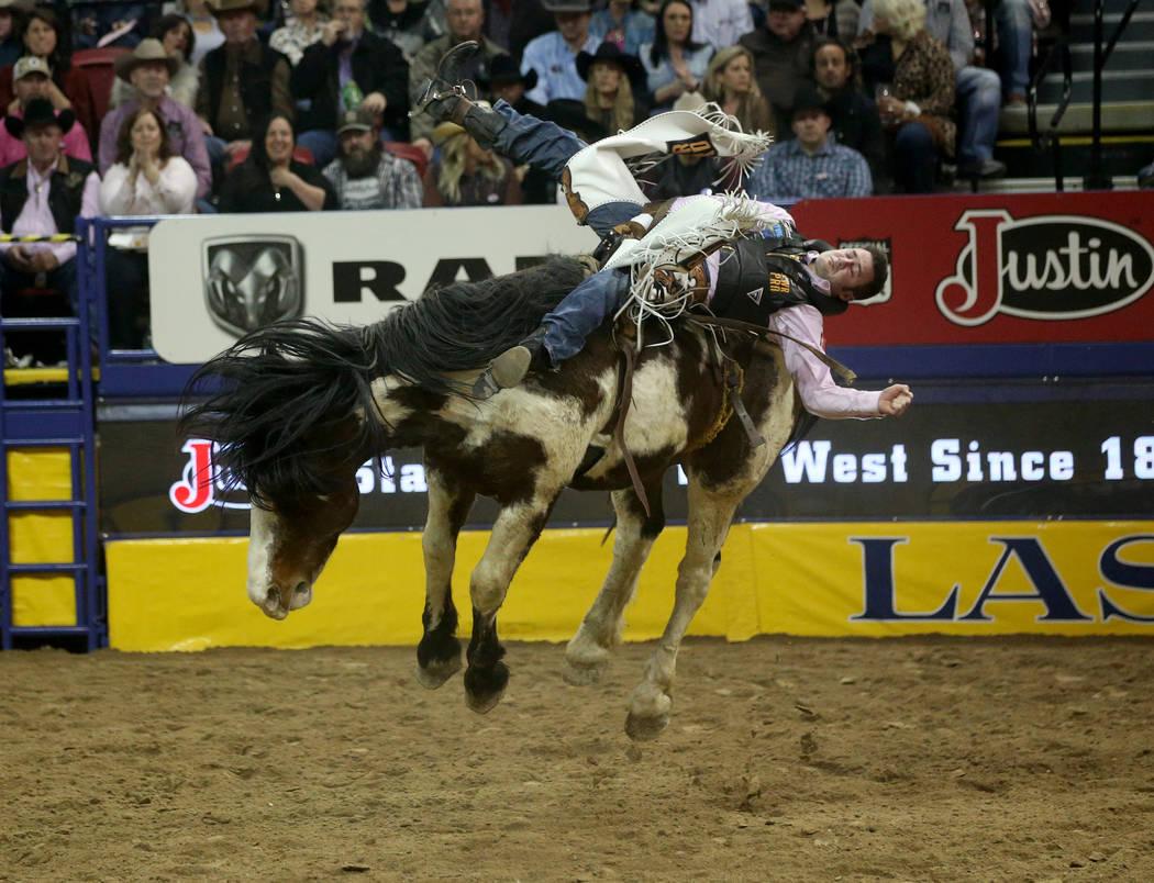 Kaycee Feild de Genola, Utah monta a Life Jacket durante la quinta ronda de la NFR Wrangler en ...