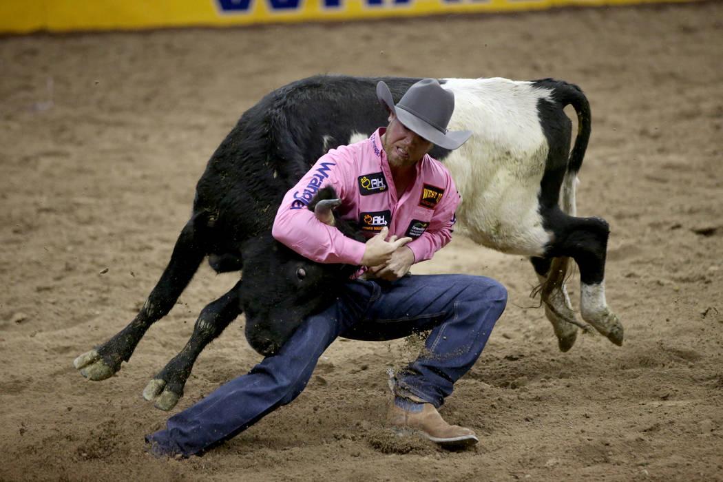 Cameron Morman de Glen Ullin, N.D. compite en la lucha de terneros durante la quinta ronda de l ...