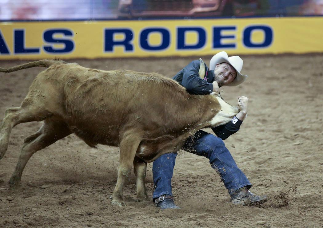 Kyle Irwin de Robertsdale, Alabama compite en la lucha de terneros durante la quinta ronda de l ...