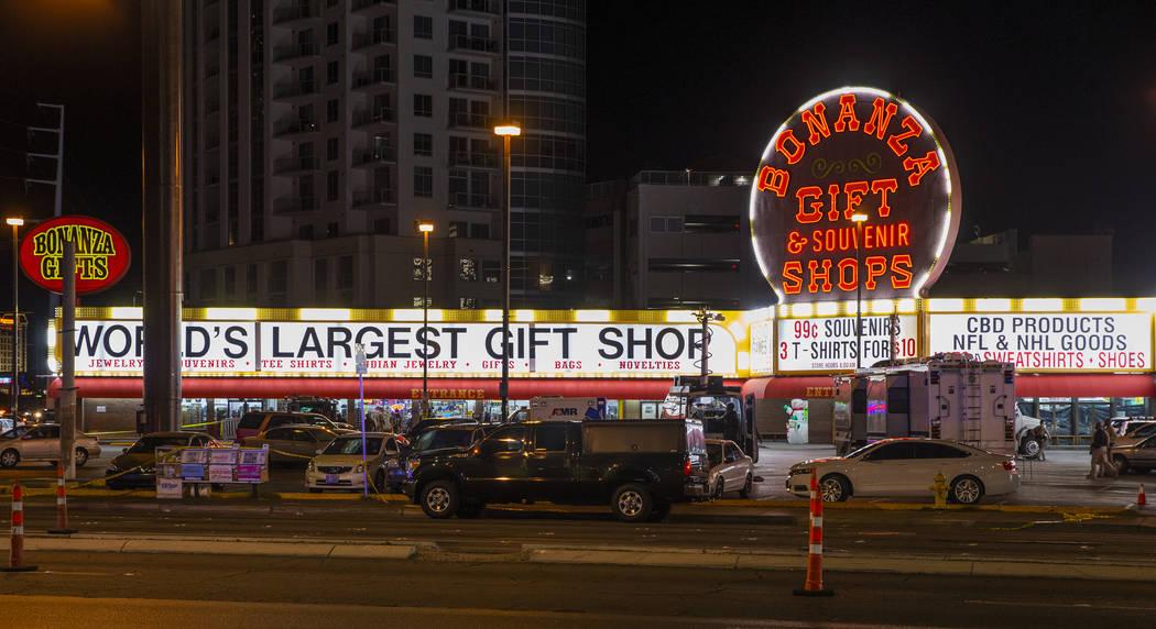 Una barricada en Bonanza Gift Shop el lunes, 9 de diciembre de 2019, ha forzado el cierre de La ...