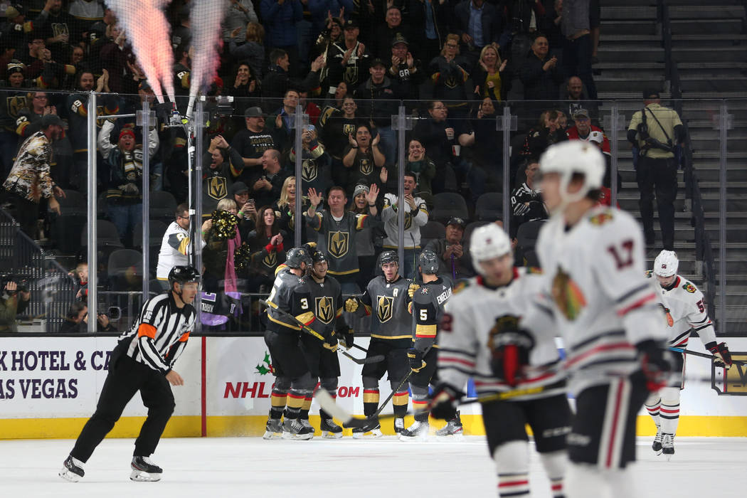 Los Golden Knights de Las Vegas celebran un gol del centro William Karlsson (71) en el segundo ...