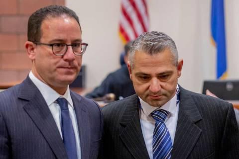 El abogado defensor Richard Schonfeld (izquierda) camina con Michel Rantissi Jr. de 46 años, u ...