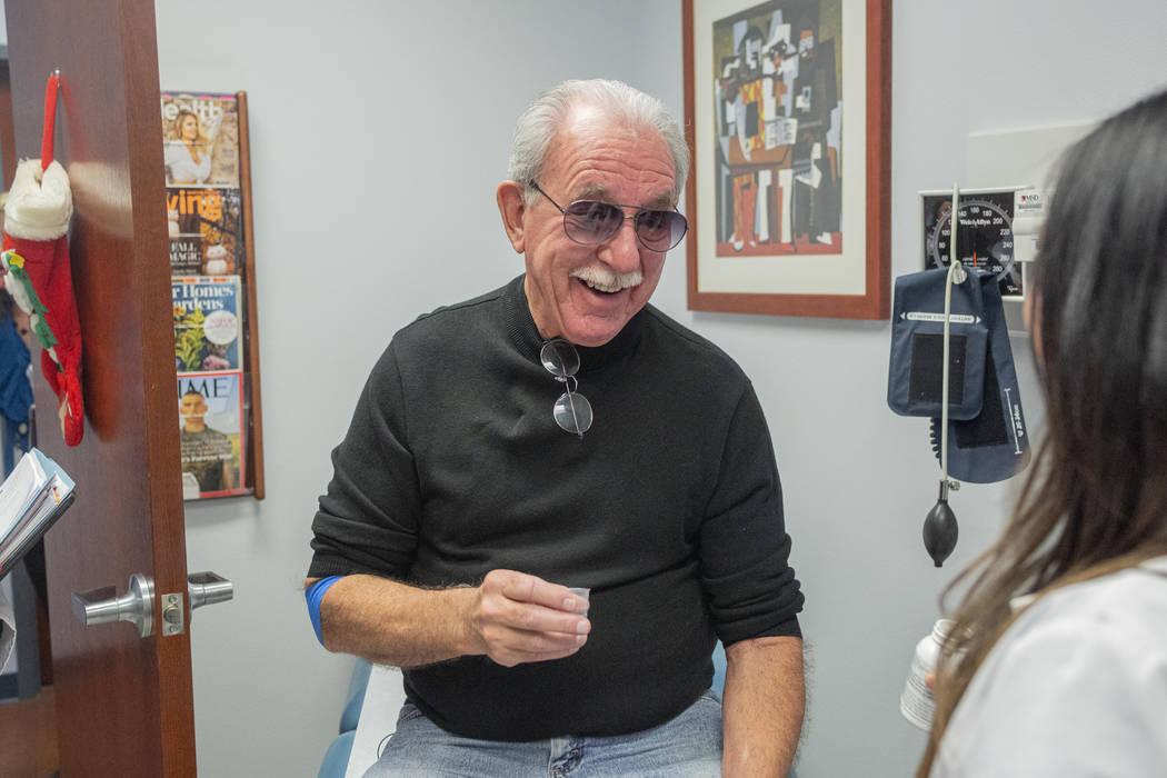 Fred Warnick, de 73 años, sostiene su medicamento, zanubrutinib, en los Centros Oncológicos I ...