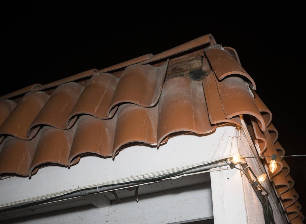 John y Mary Bodimer dicen que las tejas se han caído del techo de su casa de alquiler en Las V ...