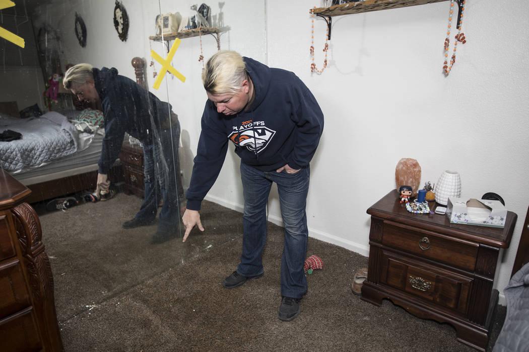 John Bodimer le muestra al Review-Journal donde una fuga en el techo de su casa de alquiler en ...
