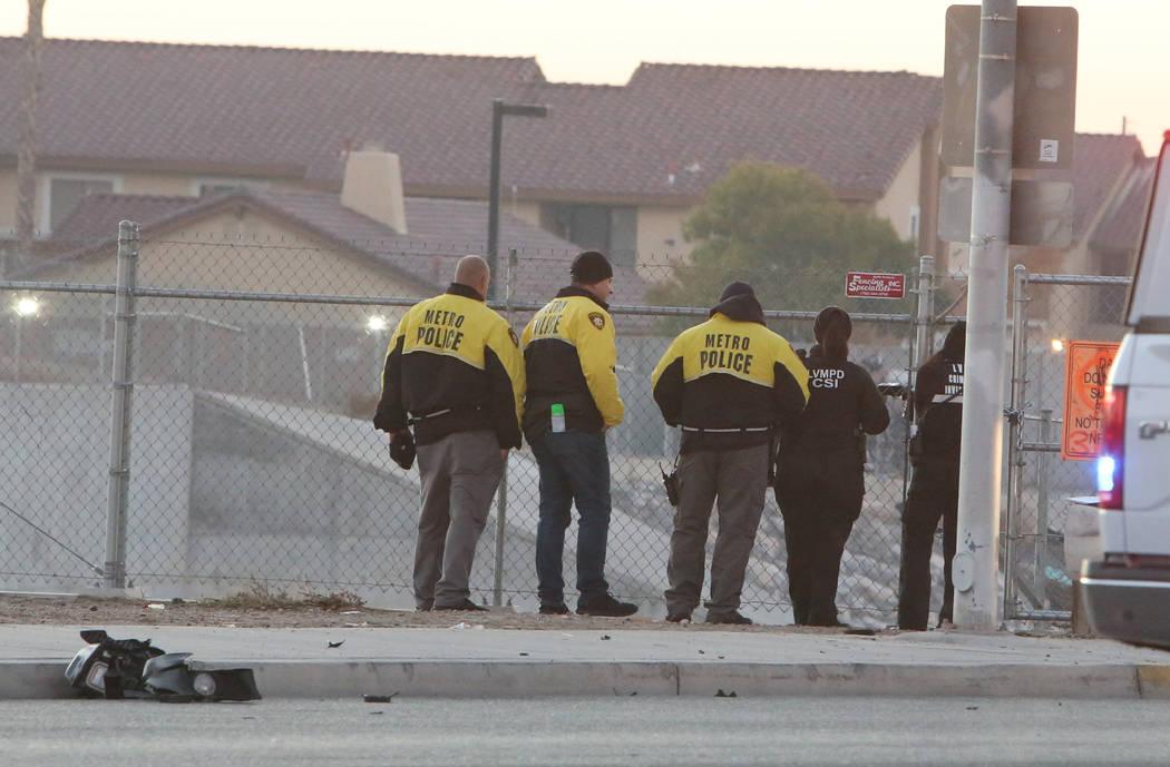 Oficiales del Departamento de Policía Metropolitana investigan después de que dos personas mu ...