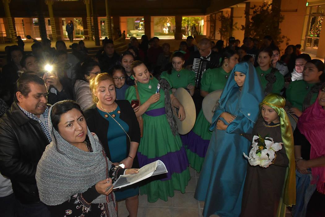 Las Posadas son una tradición que recuerda el peregrinaje de María y José en la víspera de ...