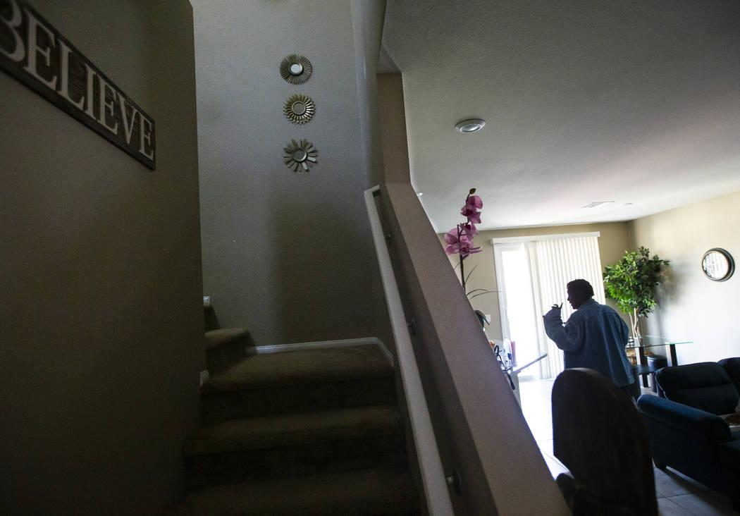 Lucille McKnight camina por su casa en Las Vegas el miércoles, 11 de diciembre de 2019. McKnig ...