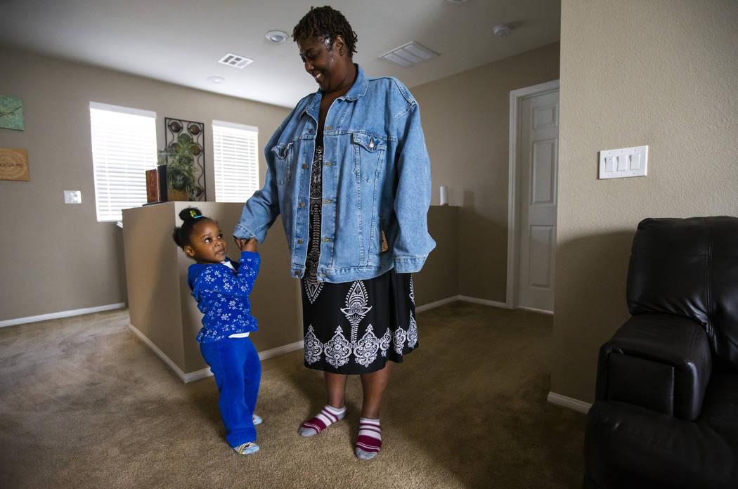 Christine Modica de tres años, con su tía abuela, Lucille McKnight, en su casa en Las Vegas e ...
